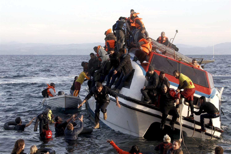 łódź z imigrantami ostrzelana