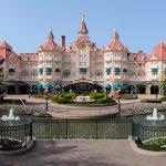 Chciał wnieść hotelu Disneyland Paris dwa pistolety i przewodnik do Koranu, skazano go na… areszt domowy