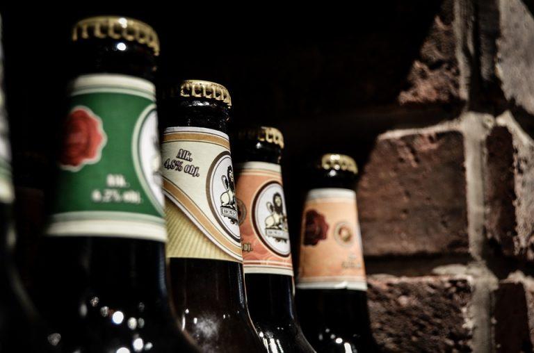Prawdziwy mężczyzna potrafi otworzyć piwo nawet… (VIDEO)