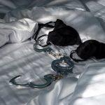 Poszli do łóżka w czworo, tylko ona przeżyła – tragiczny finał małej orgii!