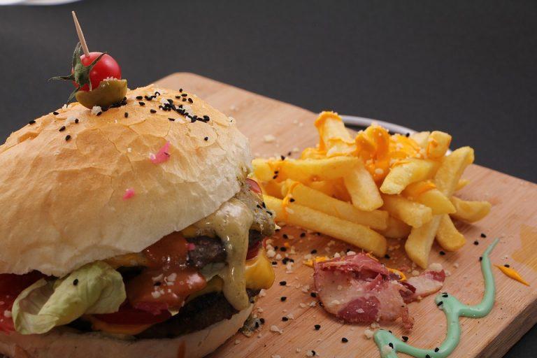 Ugryzł burgera, po chwili zobaczył co jest w środku…  OBRZYDLIWE [ + FOTO ]