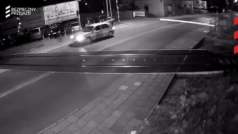 DRAMATYCZNE NAGRANIE! Wjeżdżają wprost pod pędzący pociąg – VIDEO