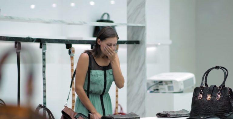 Chcą kupić skórzane torebki, kiedy widzą, co jest w środku są przerażeni! VIDEO!
