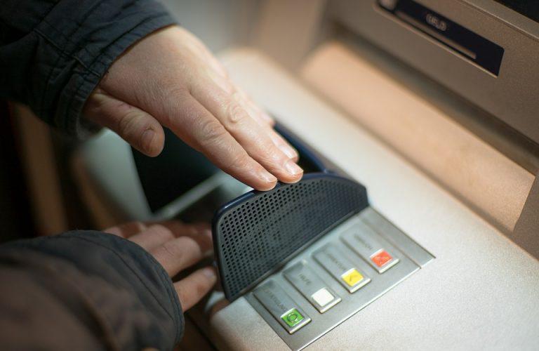 Kobieta chciała wypłacić pieniądze, kiedy podeszła do bankomatu nie mogła uwierzyć własnym oczom!