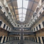 KONIEC POBŁAŻLIWOŚCI! Powstanie wielkie więzienie-fabryka, gdzie osadzeni sami na siebie zarobią! Znamy szczegóły i LOKALIZACJĘ!