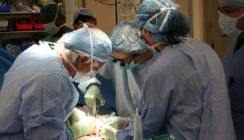 szpitala, obrzezany, wdowa, guz, pierś, kręgosłupie, pomyłka, nerkę, staruszka, serca, serce, lekarze,