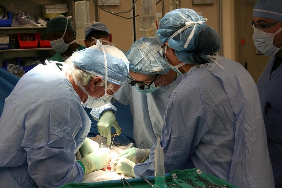 chirurg, przeszczepu, mózg, kulek magnetycznych, szpitala, obrzezany, wdowa, guz, pierś, kręgosłupie, pomyłka, nerkę, staruszka, serca, serce, lekarze,