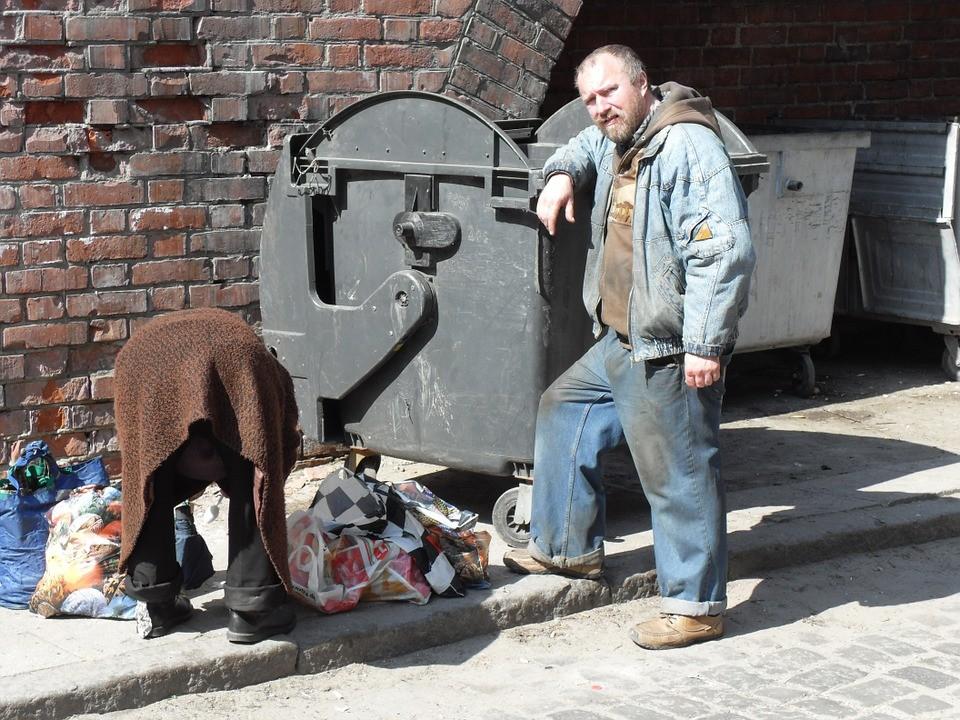bezdomny, śmietniki, pieniądze,