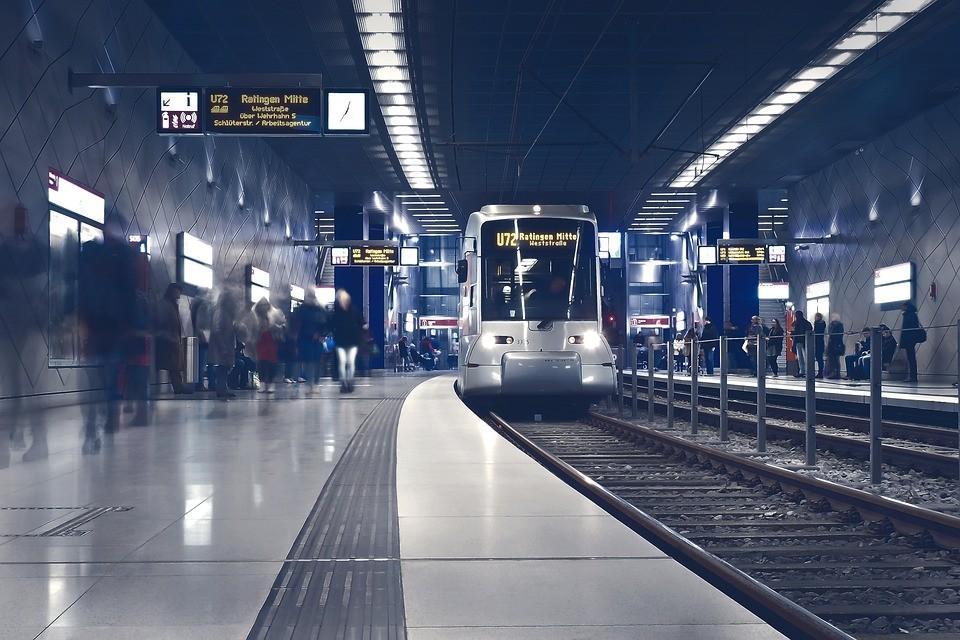 horror w pociągu, ruchome schody w metrze