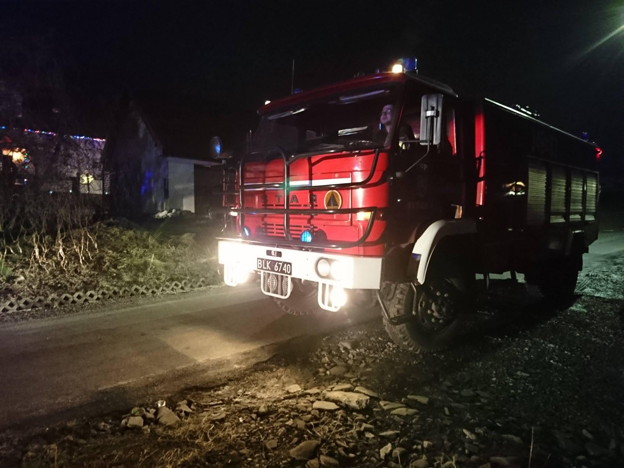 wóz strażaków, strażacy, grzybiarze