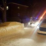 Ulepił samochód ze śniegu w miejscu gdzie nie wolno parkować i… dostał niezwykły MANDAT