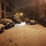 Warszawa: kobieta zaparkowała swój samochód jak KASKADER. Problem w tym, że nie zrobiła tego świadomie…