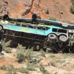 Autokar pełen pasażerów spadł w 200-metrową OTCHŁAŃ! Na miejscu znaleziono więcej ofiar niż powinno być w pojeździe! [FOTO & VIDEO]