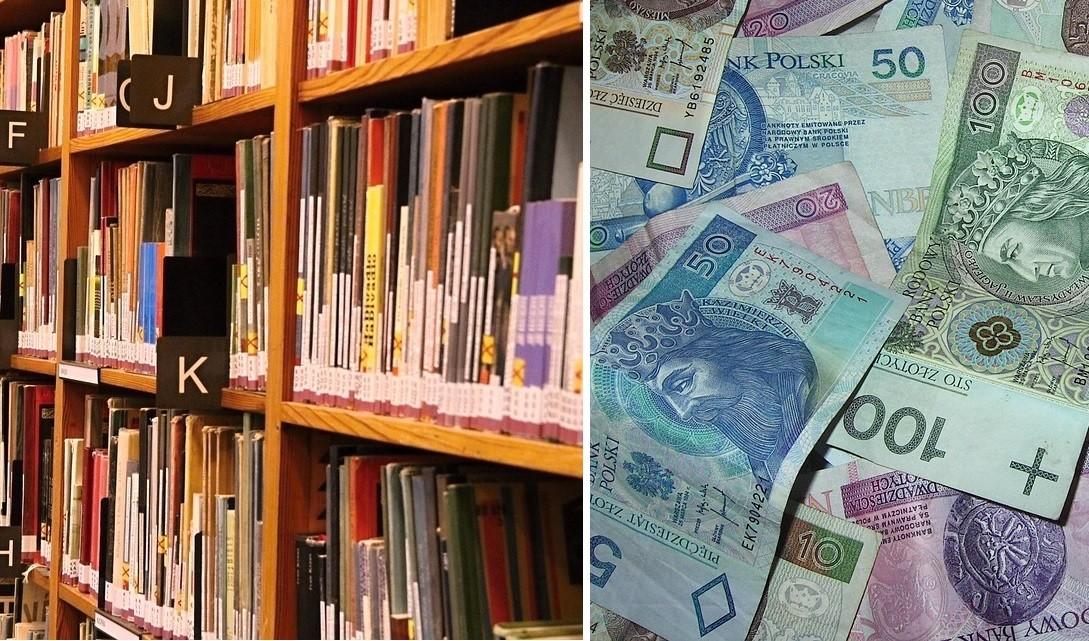 bibliotekarka, biblioteka, pieniądze, koperta, kopertę