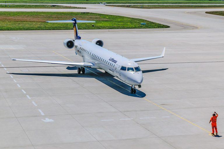 Pasażer wyskoczył z samolotu przez drzwi ewakuacyjne! Wszystko przez KURIOZALNĄ pomyłkę!