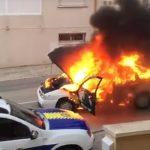 """Pechowi strażacy – płonący samochód """"uciekł im"""", przejechał ulicami miasta i PODPALIŁ DOM! [VIDEO]"""