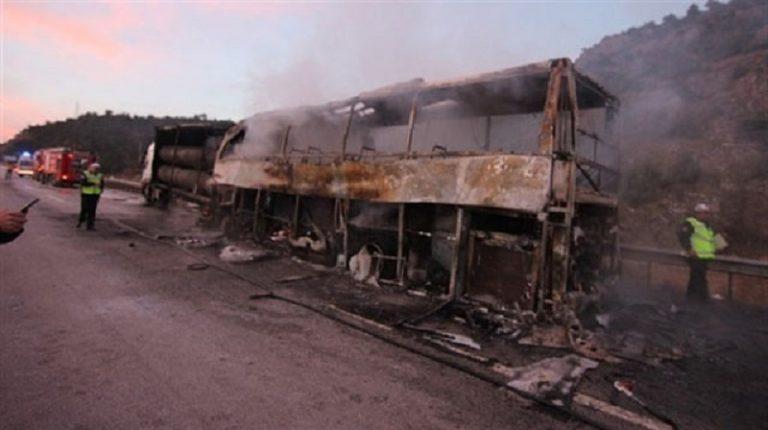 """DRAMATYCZNY WYPADEK autokaru – pojazd pełen pasażerów zderzył się z ciężarówką! """"Ludzie płonęli żywcem!"""" [FOTO]"""