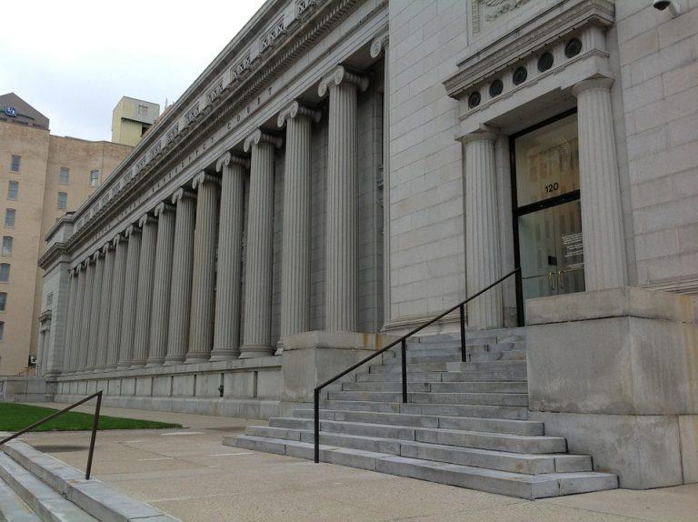 Sądowy ABSURD: Sąd uznał go za zmarłego, mimo że był na sali rozpraw. Uzasadnienie woła o pomstę do nieba!