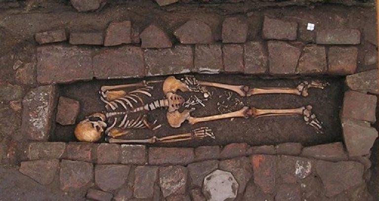 PRZERAŻAJĄCE odkrycie archeologów: dwie dziury w czaszce i szczątki dziecka między nogami. Tajemniczy pochówek