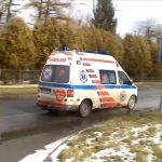 Koszmar! Pacjent karetki WYPADŁ wprost pod inny samochód – jak mogło do tego dojść?
