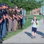 Tego chłopca odprowadziło do szkoły 70 POLICJANTÓW! Powód jest wzruszający [VIDEO]