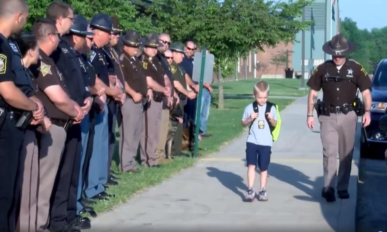 70 policjantów odprowadza chłopca do szkoły