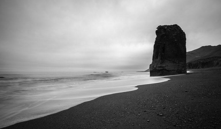 Wybrzeże jak z horroru: morze wyrzuca tu ludzkie szczątki. Zawsze jest to jedna i ta sama cześć ciała. Jak to możliwe?