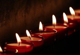 zmarł aktor, żałoba, świeczki