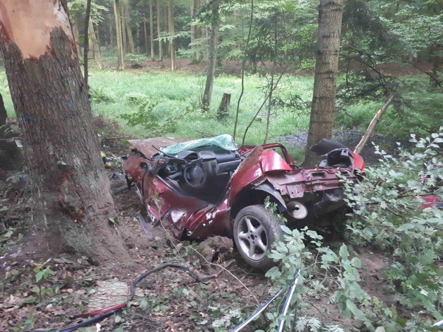 rozbity samochód, podkapracie, wypadek w strzyżowie