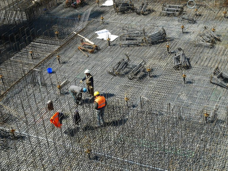 [FOTO] Nie pozwolił pracownikom pracować w upał w krótkich spodenkach. NA DRUGI DZIEŃ ZROBILI TO