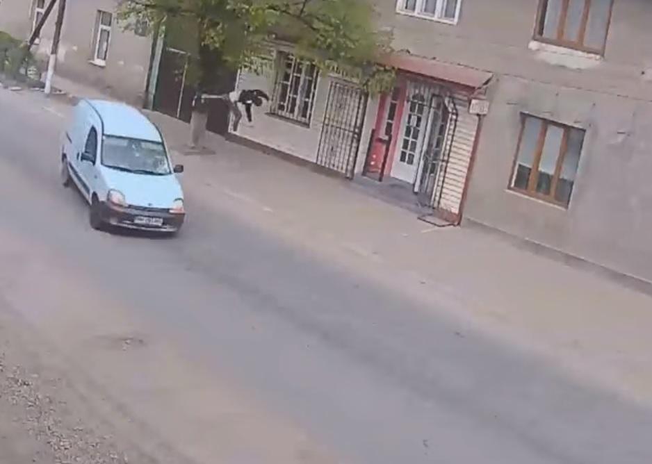 uciekał i wpadł pod samochód
