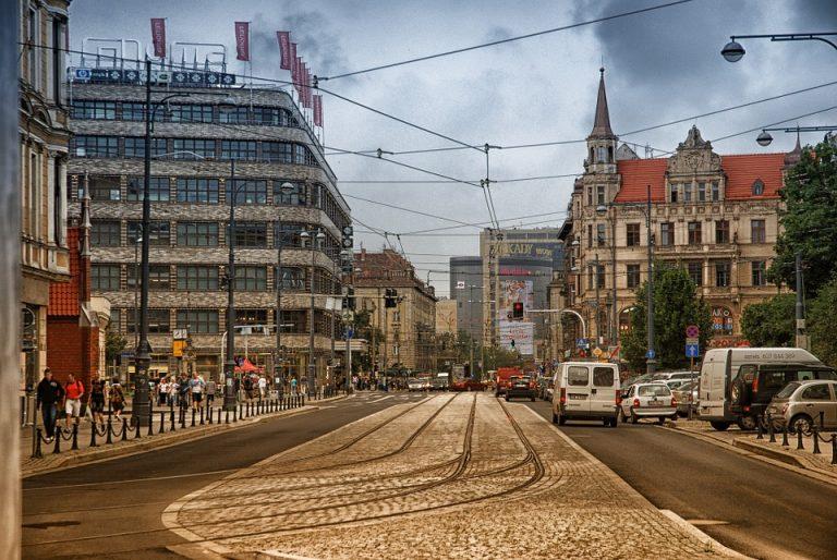 Wrocław: tramwaj ROZERWAŁ JĄ na strzępy i jechał dalej! Szczątki kobiety na długości całej ulicy!