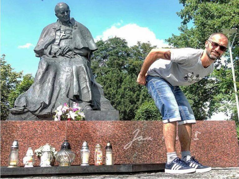 Chciał być śmieszny, więc wypiął goły tyłek na Jana Pawła II. Internauci mu tego nie darowali!