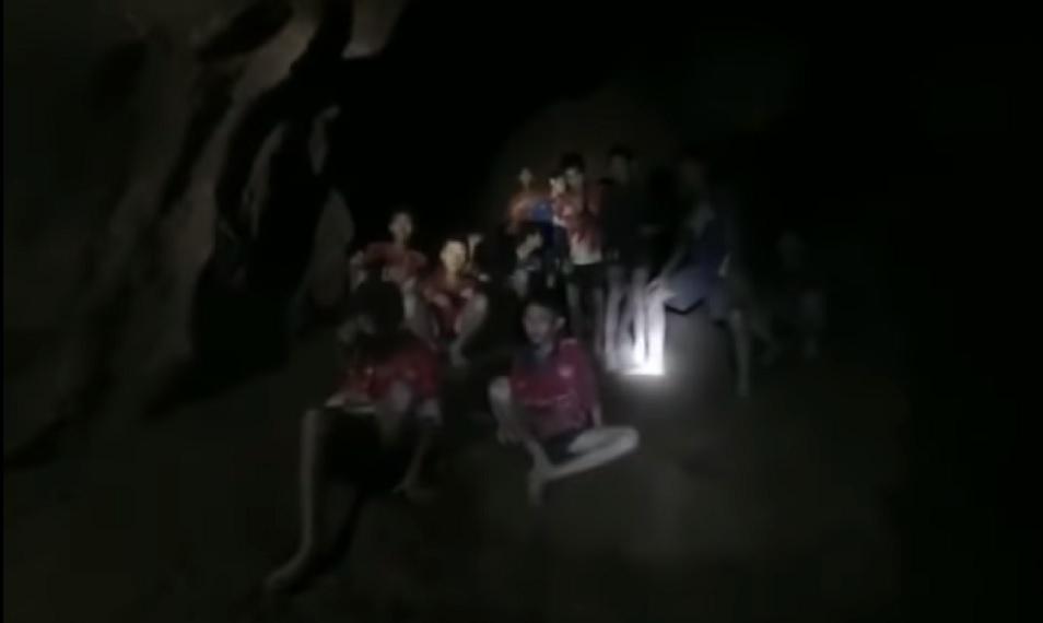 chłopcy z zalanej jaskini