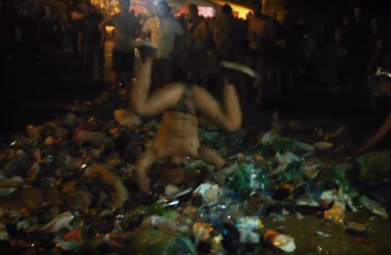 OBRZYDLIWE nagranie z festiwalu WOODSTOCK! Mężczyzna TARZA się w ZASIKANYCH wcześniej ŚMIECIACH! Zobacz, jak bawi się polska młodzież! (Video)