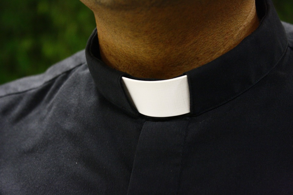 kapłan, krucyfiksem