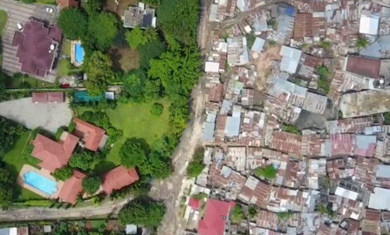 Tam gdzie BIEDA styka się z BOGACTWEM. Zobacz niezwykłe zdjęcia z drona! [FOTO]