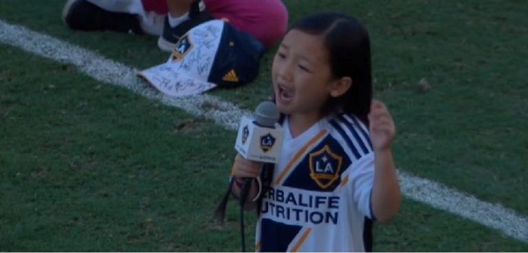 Siedmiolatka odśpiewała hymn przed tysiącami ludzi. Jej występ zachwycił wszystkich [WIDEO]