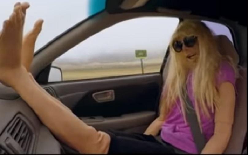 nogi w samochodzie