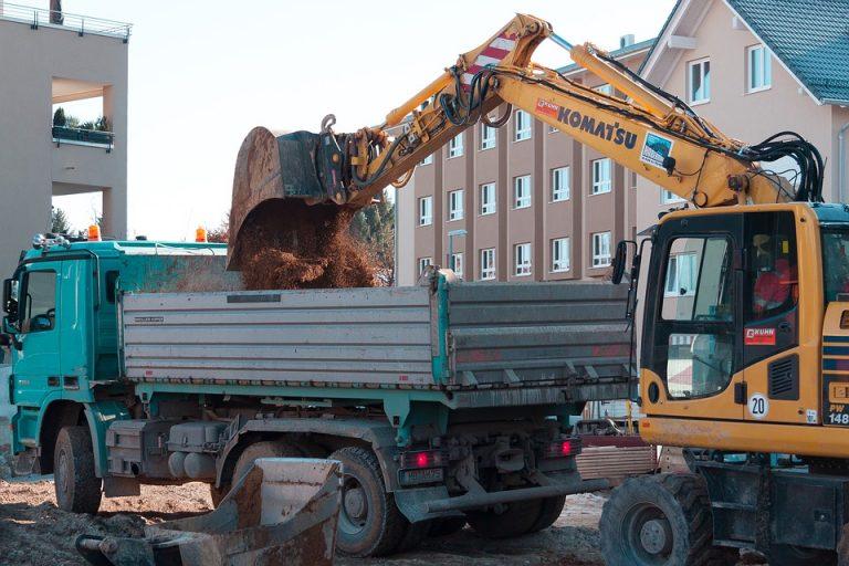 Warszawa: 12-latek wpadł pod wywrotkę. Jej kierowca zemdlał, gdy zobaczył, co się stało