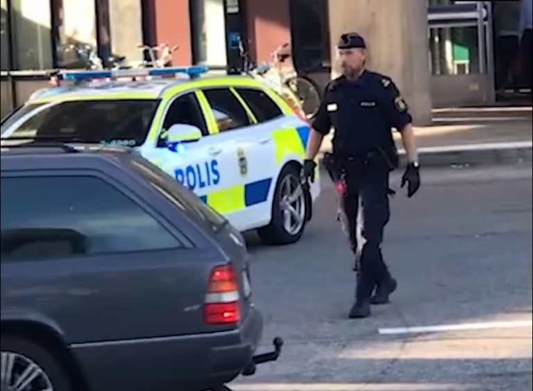 Genialna interwencja szwedzkiego policjanta. Pękniesz ze śmiechu! [VIDEO]