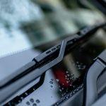 Malutki detal o wielkim znaczeniu. Po co są kropki na szybie samochodu?
