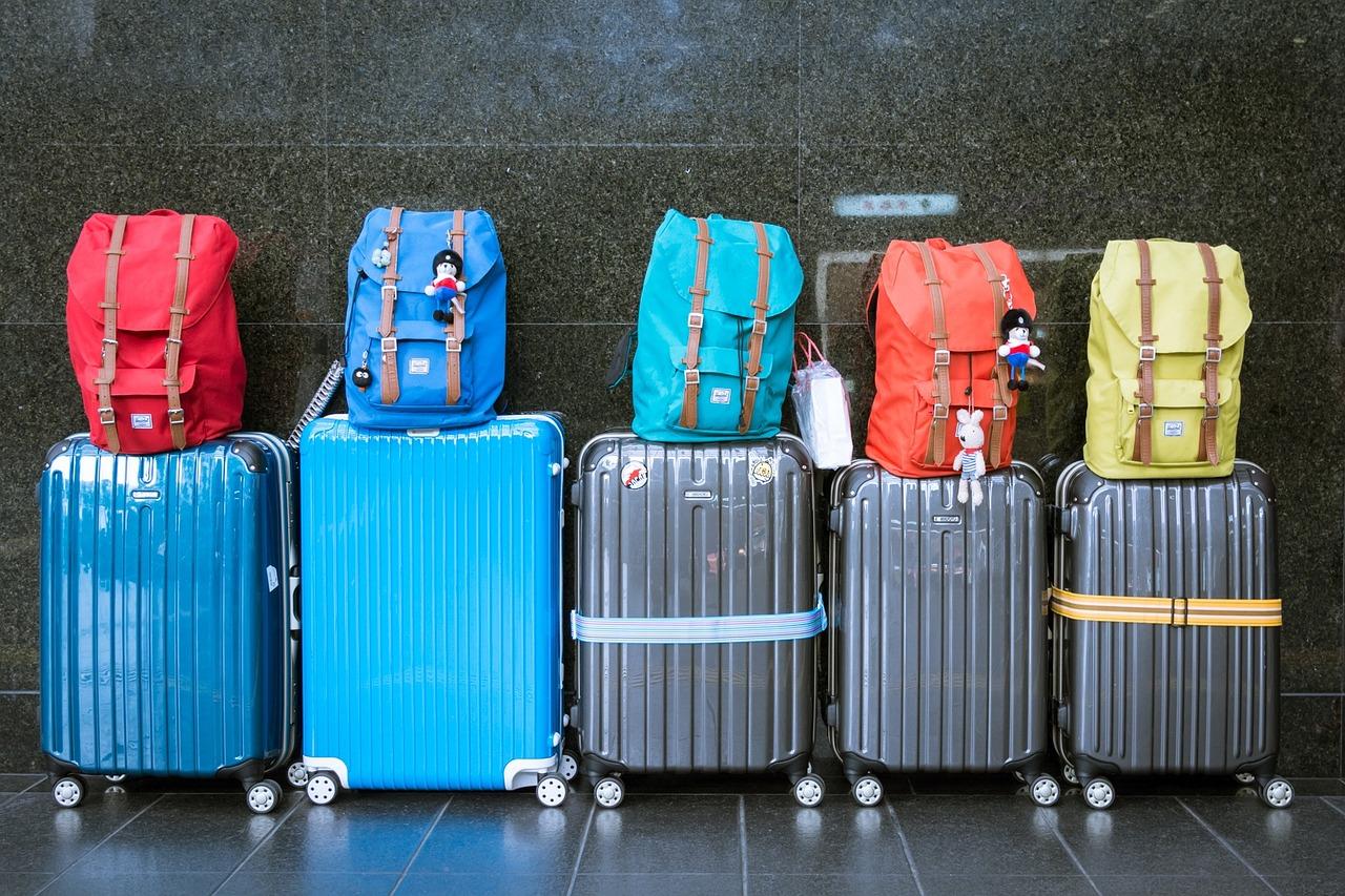 latające bagaże, walizce,
