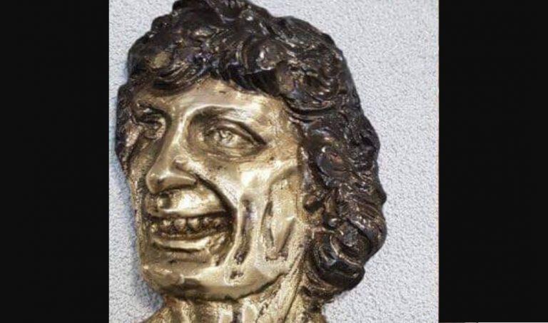 To Kopernik czy Mick Jagger? Ta płaskorzeźba zawisła w jednej z polskich szkół – nie zgadniesz kto to…