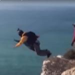 Skakali z 90-metrowego klifu, jeden ze spadochronów nie otworzył się. Drastyczne nagranie