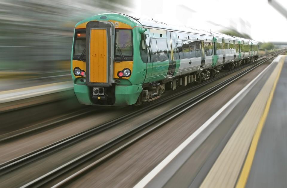 pociąg, pociągiem