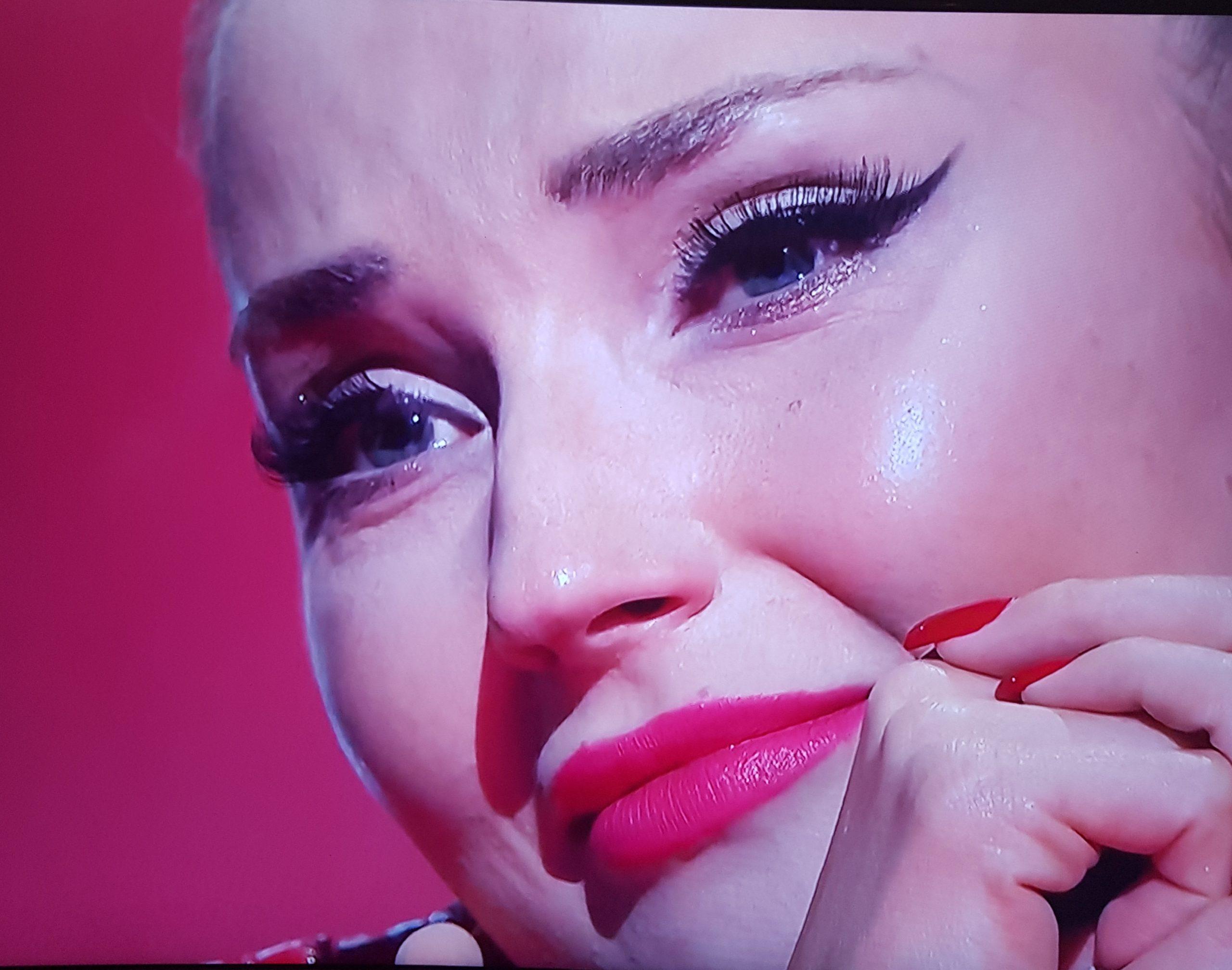 popłakała się