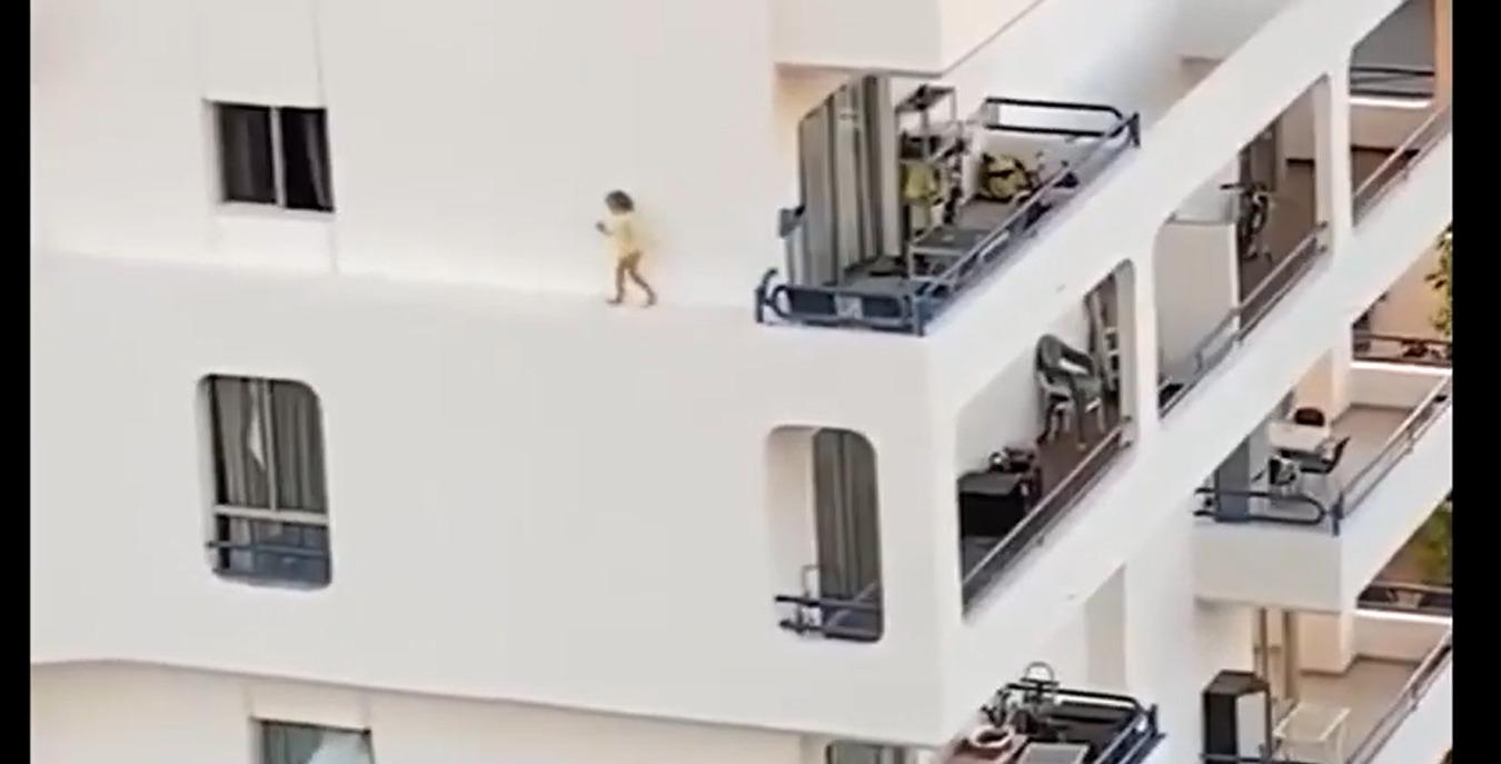 dziecko spacerowało