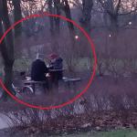 Dziennikarz sfotografował dwójkę emerytów w parku. To co robili PORUSZYŁO wszystkich!