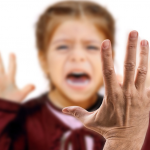 Zatrudniasz opiekunkę do dziecka? Uważaj! TA NIANIA…